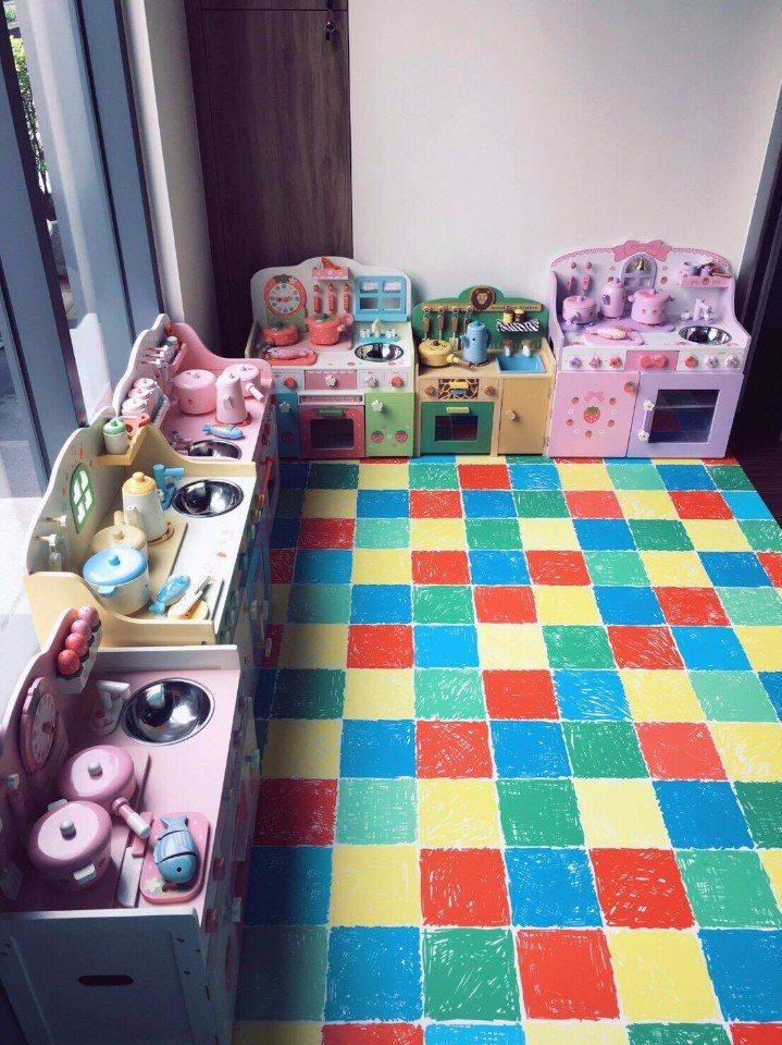 兒童遊戲區鋪有軟墊,孩子們能盡情玩樂,爸媽也好安心。(圖片提供/樂福餐廳)