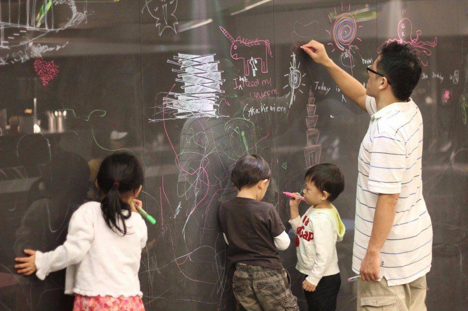 親子一同在壓克力牆上,盡情揮灑創意彩繪。(圖片提供/Art北美館親子餐廳)