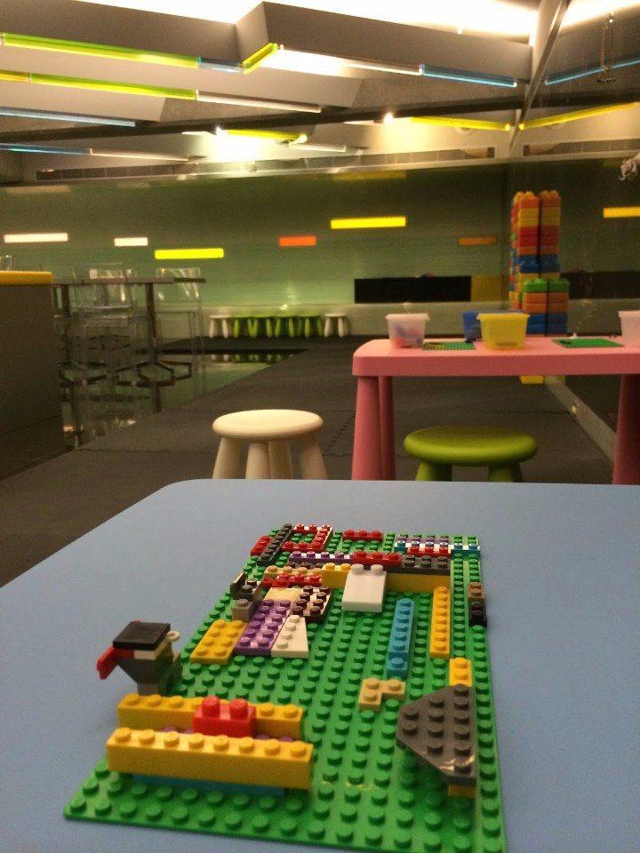 桌上擺有許多樂高積木,讓孩子發揮想像力玩創意!(圖片提供/Art北美館親子餐廳)