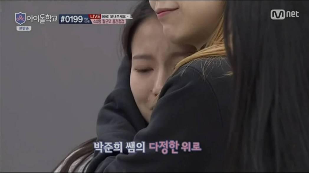 蔡瑞雪和老師擁抱時忍不住哭泣。圖/摘自YouTube