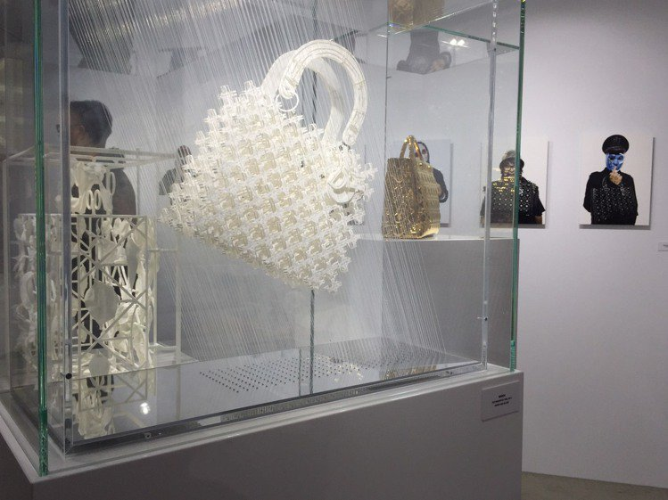 巴塞隆納WANDA工作室以紙和玻璃打造的Lady Dior。圖/記者楊詩涵攝影