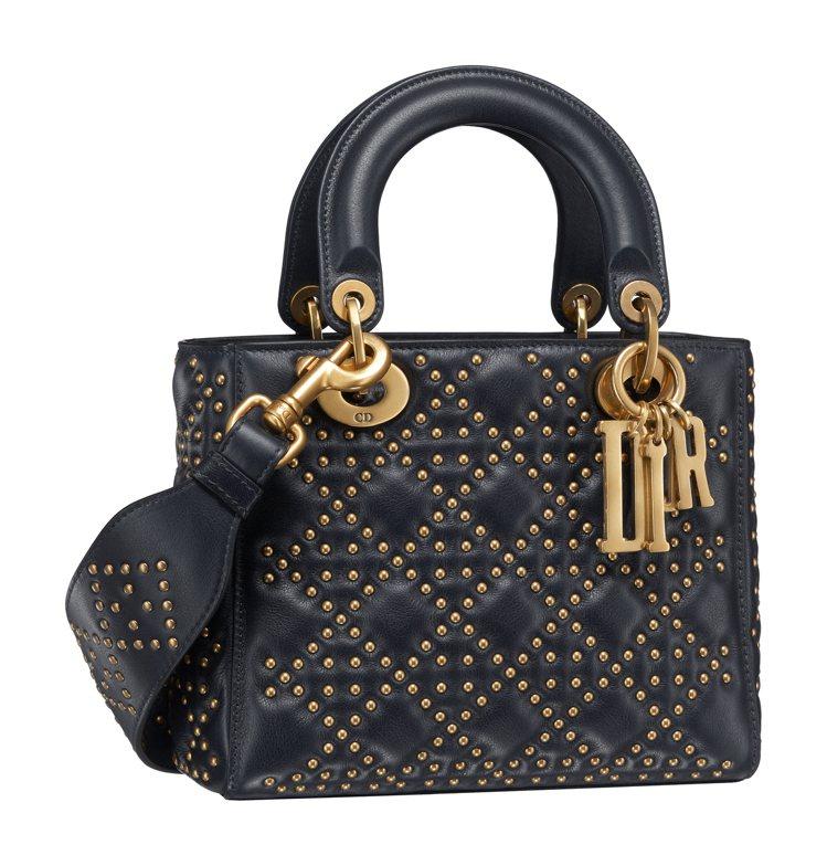 Lady Dior 深邃藍鉚釘籐格紋小羊皮中型提包,價格店洽。圖/Dior提供