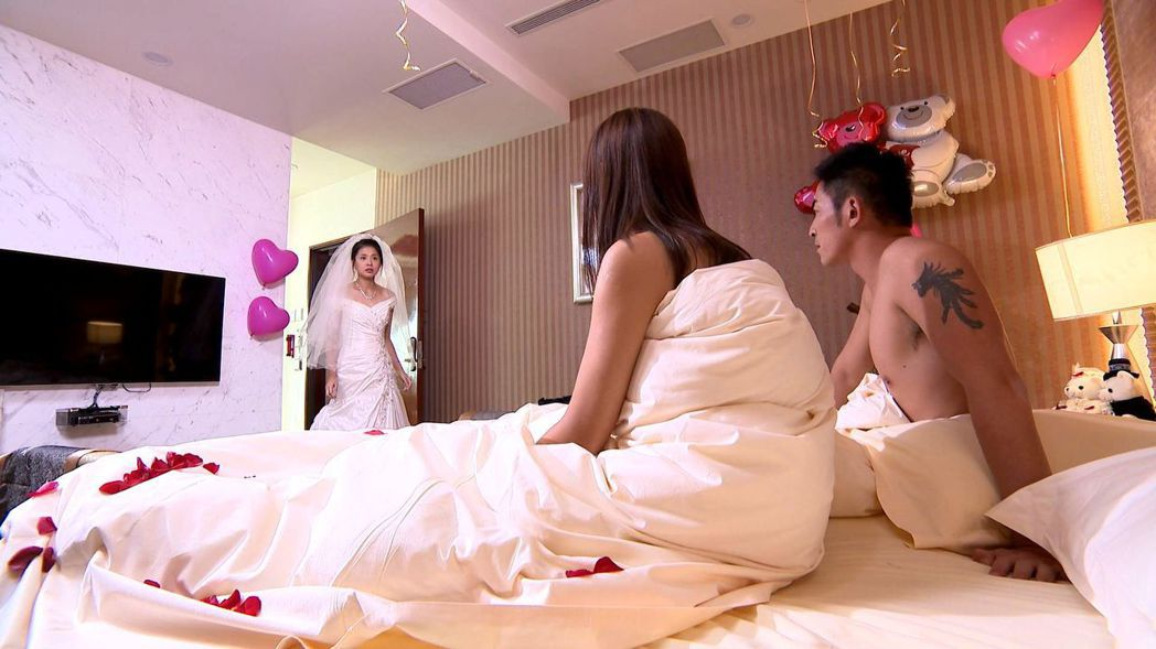 李燕(左起)在戲中抓姦在床。圖/三立提供