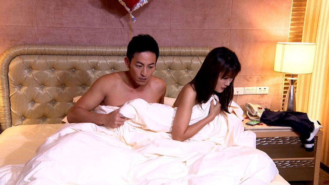 李政穎(左)錯把陳珮騏當女友誤上床。圖/三立提供