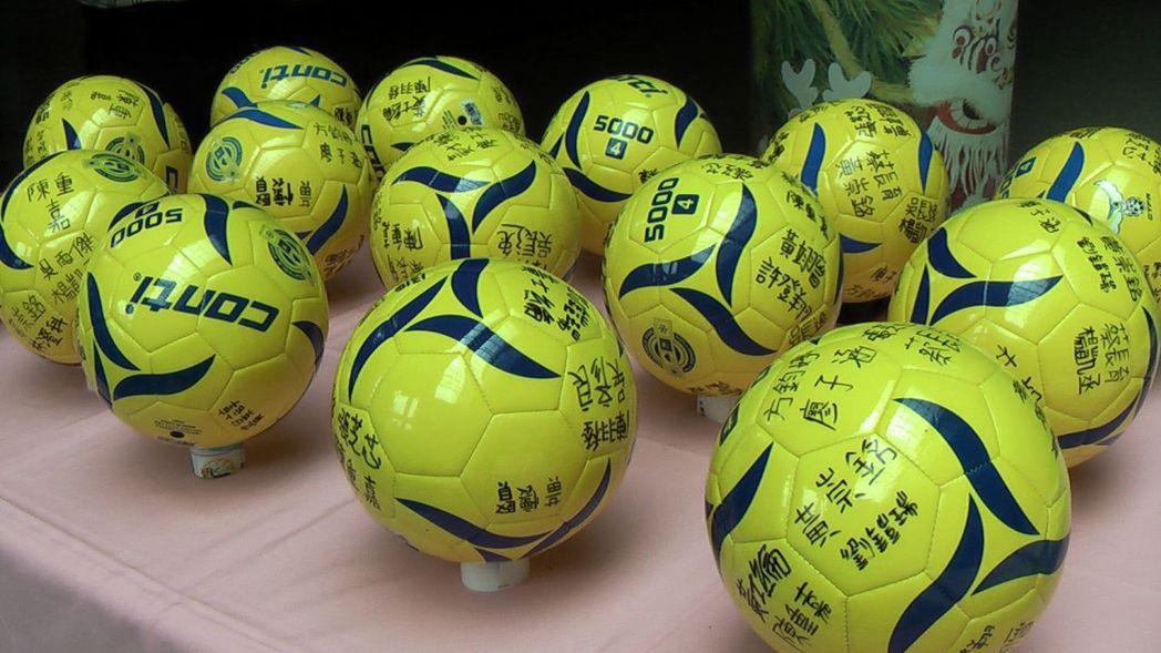 後勁國小球員們以全隊簽名球謝謝各界慷慨捐助出國比賽經費。記者徐如宜/攝影