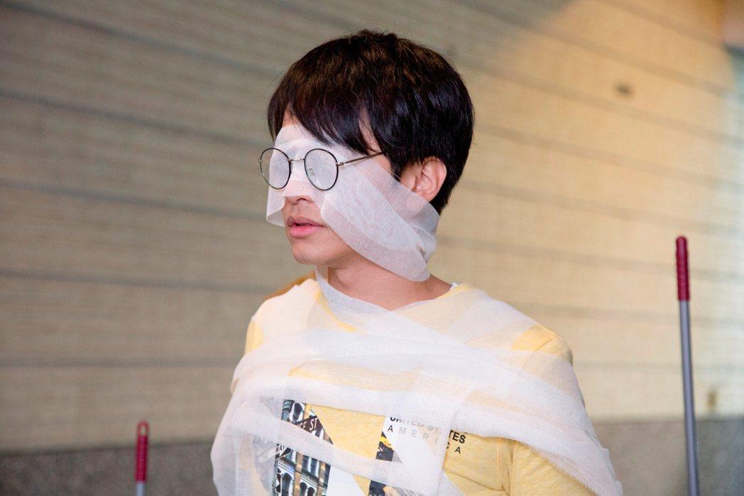 楊銘威演出「鐘樓愛人」,怪招求愛藍雅芸。圖/東森提供