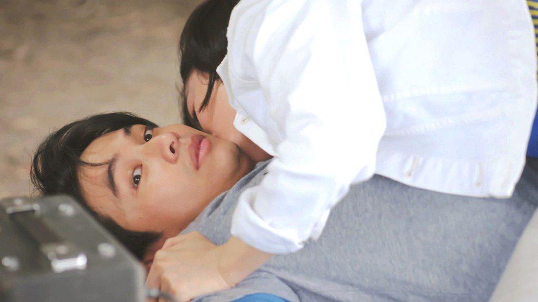 楊銘威演出「鐘樓愛人」,上演被藍雅芸撲倒侵犯戲。圖/東森提供