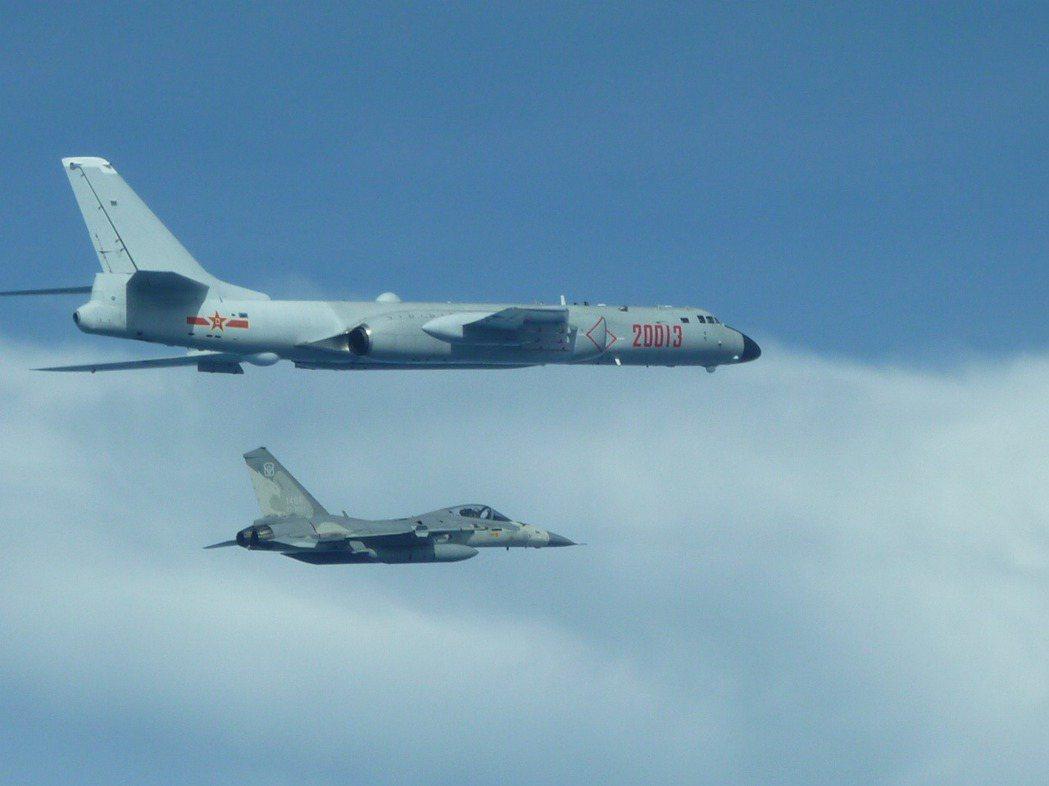 經國號戰機監控共軍轟六轟炸機,注意其攜帶的響尾蛇飛彈是練習彈。圖/國防部提供