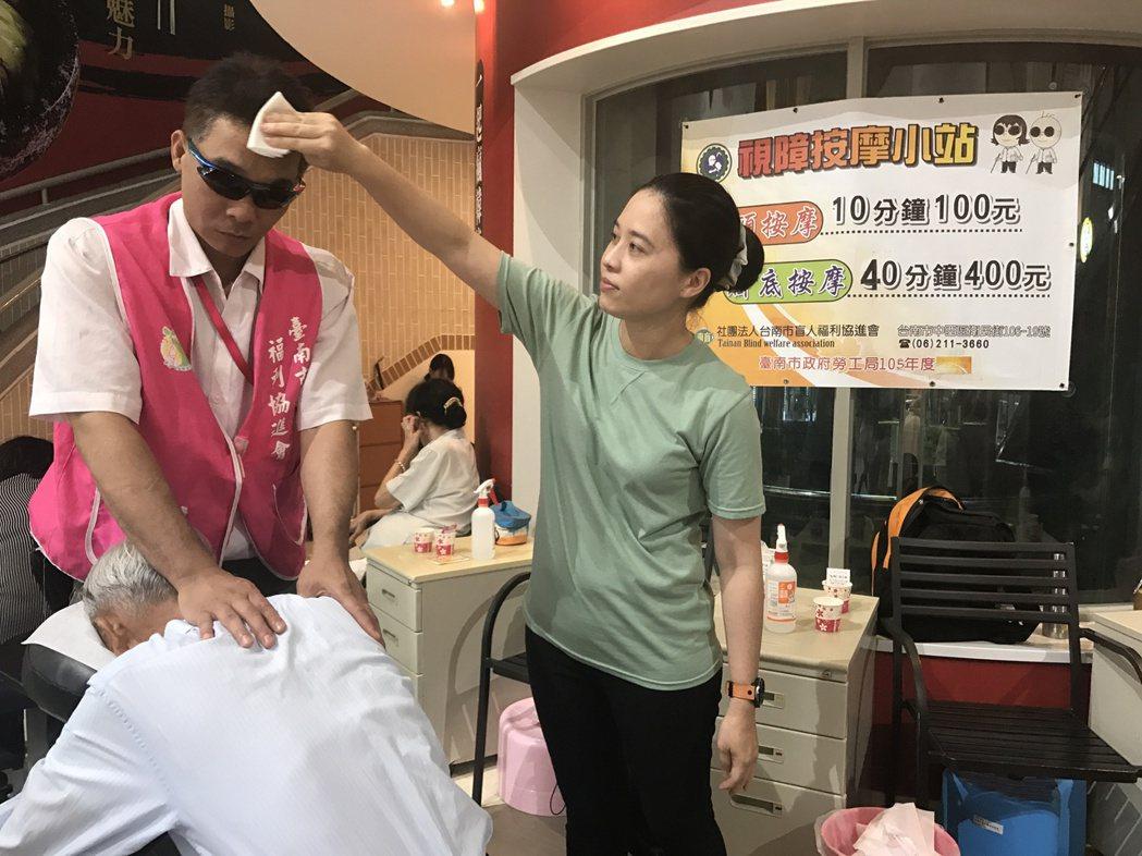 陳怡蓉學開車,為的是能載李皇飛到工作地點幫人按摩。 記者鄭宏斌/攝影