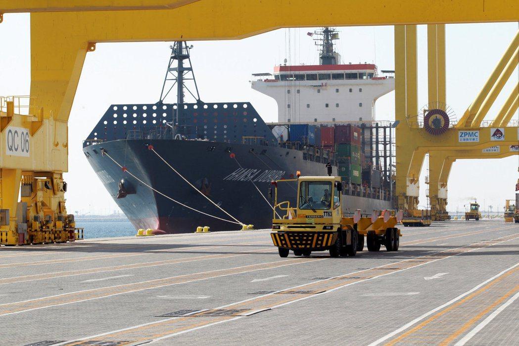 一艘貨輪停泊在卡達哈瑪德港。 路透