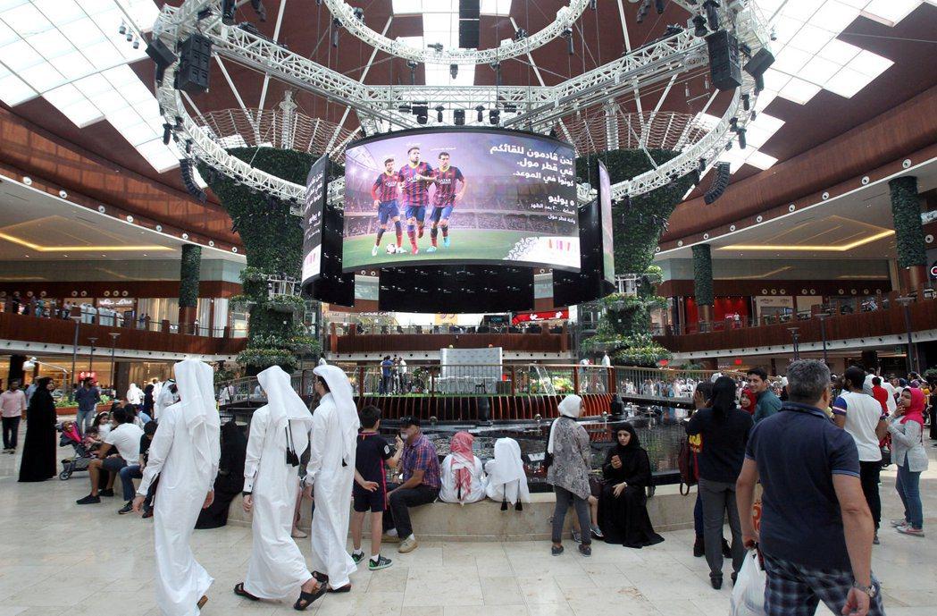 卡達人的生活不受國家被鄰國孤立影響,照常逛購物中心。 路透