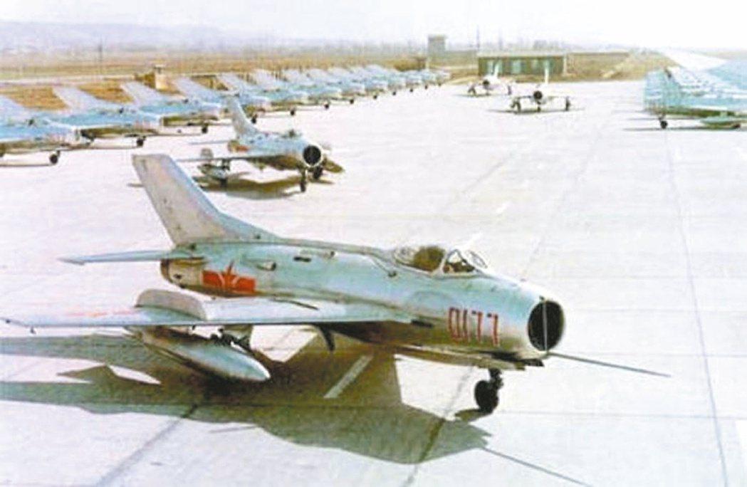 1964年「殲六」試飛成功,為大陸首架超音速戰鬥機。 中新社