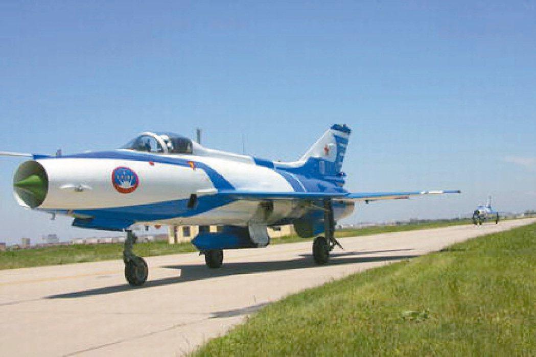 1966年「殲七」在大陸試飛成功,2006年停產,數量超過1500架。 中新社