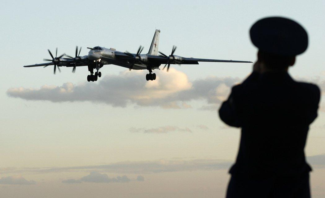 圖為蘇聯軍機Tu-95,可飛到時速900公里以上,卻可獲取當時噴射機難以達到的長...