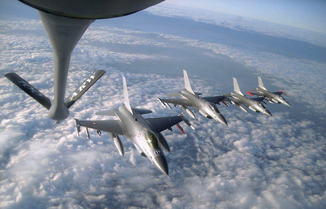 圖為噴射加油機KC-135正準備替下方F-16戰機加油。 路透