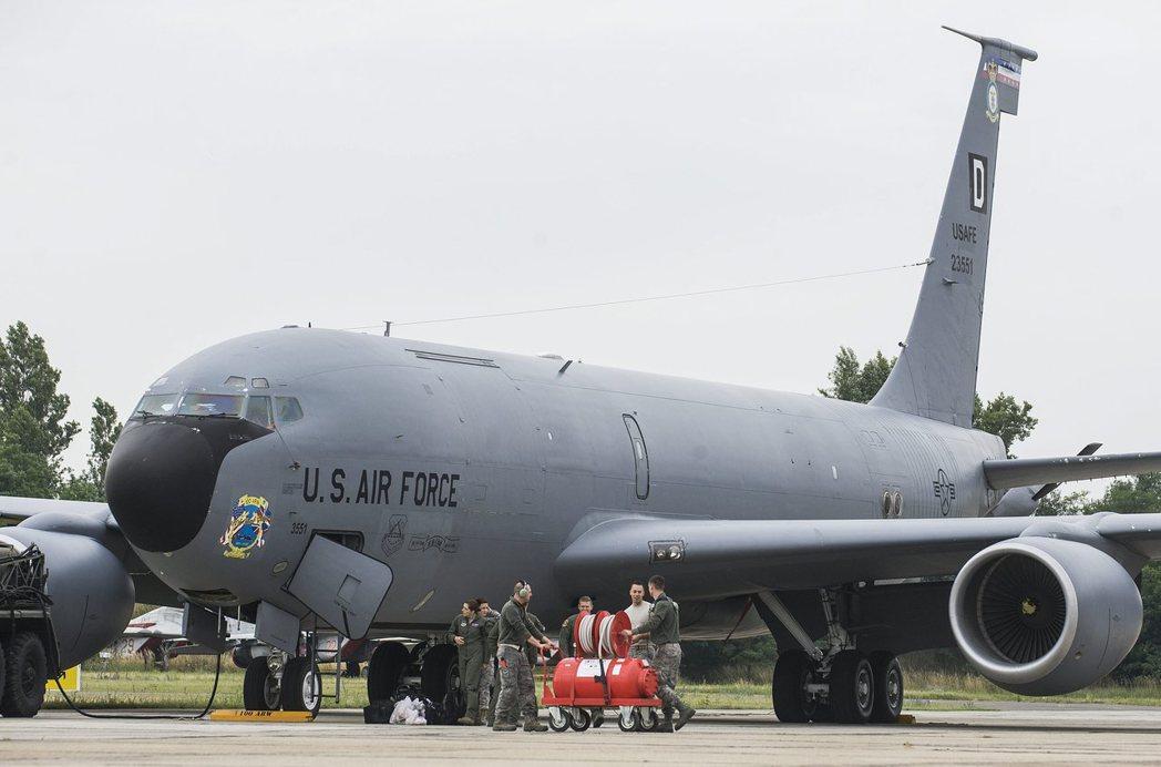 噴射加油機KC-135於1956年首飛,外型和波音707客機非常相像。 美聯社
