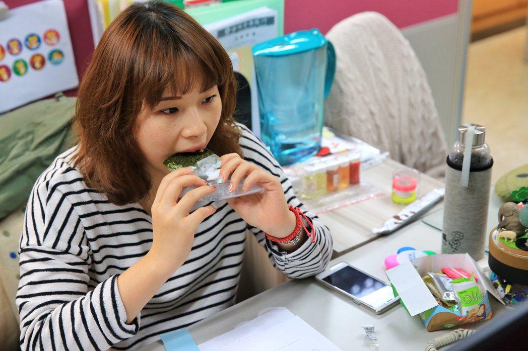 餐餐吃外面嗎?現在不少大學生、上班族正藉由「自煮」找回飲食自主力。 圖/報系資料...