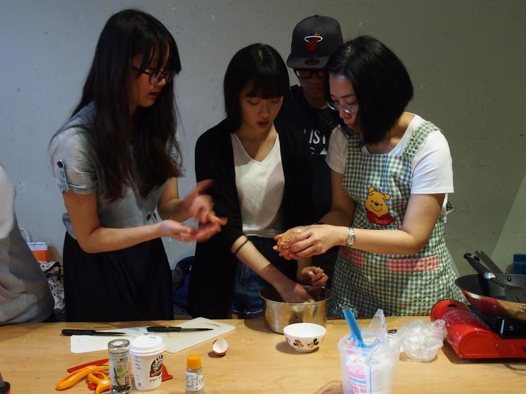 「等一下吃什麼?」找回飲食自主的新概念正在發酵,不管是烹飪課程、共煮課程,都漸漸...