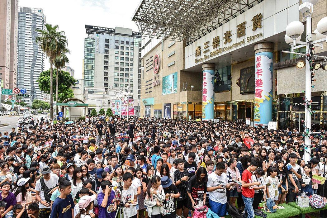 聖結石簽唱,吸引數千粉絲。圖/上行娛樂提供