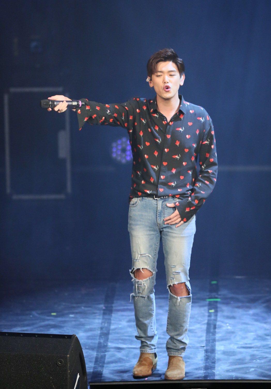 韓國藝人Eric Nam(南允道)在台北舉行小型演唱會,一連以英、韓文演唱17首...