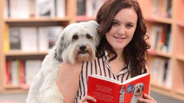 派西與主人艾許莉出席新書發表會。圖/摘自ITV