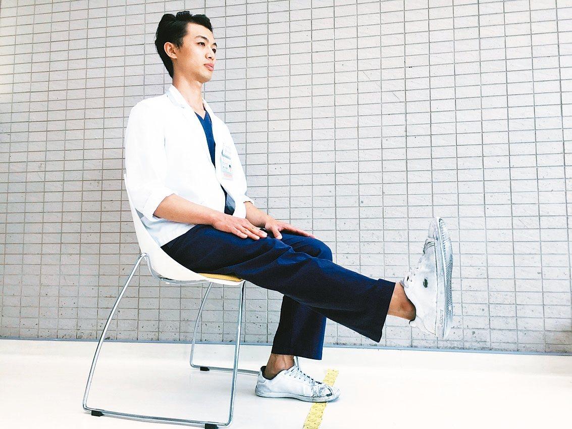 鍛鍊肌肉5動作1股四頭肌運動 深坐椅子,背部碰到椅背,抬起一腳與地面平行,約...