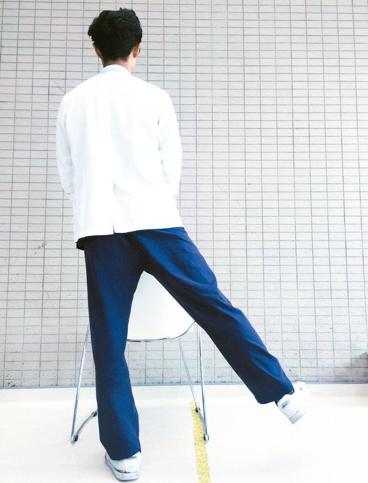 鍛鍊肌肉5動作2臀中肌運動 雙手扶著桌面或椅子,單腳往側邊抬起,再緩緩放下。...