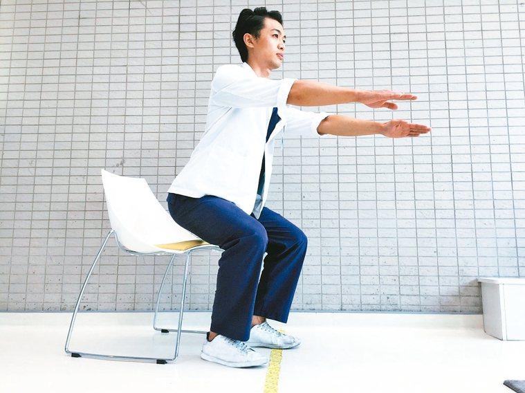 鍛鍊肌肉5動作3蹲坐運動 將椅子放在身體後方,模擬要坐椅子的姿勢,雙手前伸維...