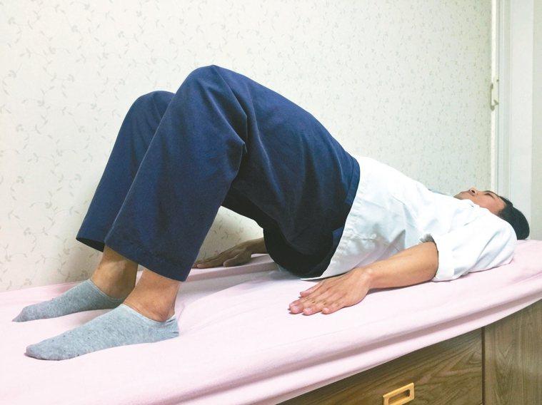 鍛鍊肌肉5動作4抬臀運動 躺著姿勢下,將臀部抬起至大腿與身體呈一直線時的高度...