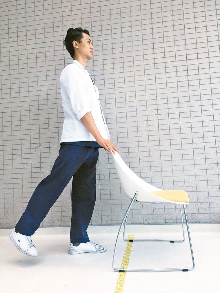 鍛鍊肌肉5動作5大腿後抬運動 雙手扶著桌面或椅子,單腳往後抬起,再緩緩放下。...