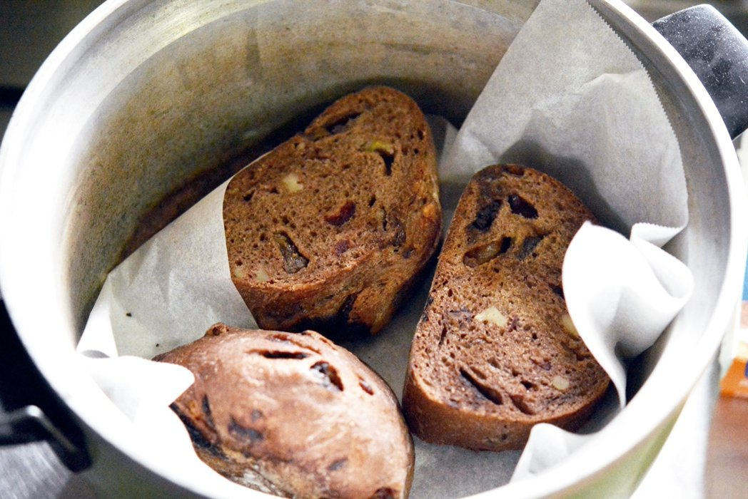 使用有保溫功能的電鍋加熱麵包,可重現剛出爐的口感。 圖/張源銘