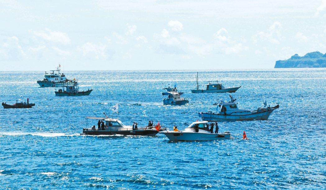 40多艘基隆海洋環保艦隊昨到潮境公園清理海洋垃圾。 記者游明煌/攝影