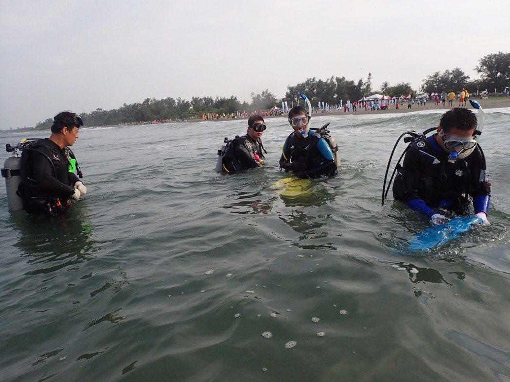 台南市環保局昨天舉行淨灘、淨海活動,潛水人員清理海底及海上漂浮的垃圾。 記者鄭惠...