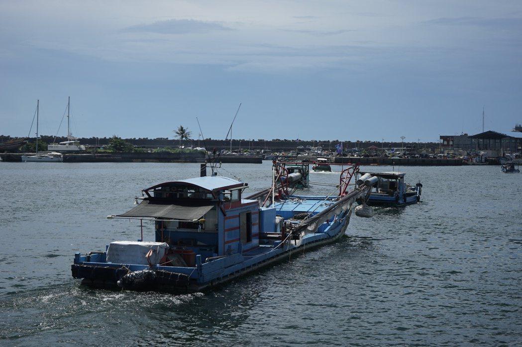花蓮環保艦隊成軍,有56艘船艇加入,昨天鳴笛啟航。 記者王燕華/攝影