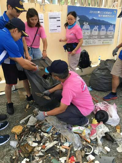 潛水志工在海底清出各式各樣的廢棄物。 圖/基隆市政府提供