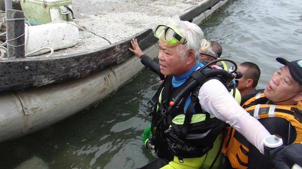 雲林縣長李進勇潛海4分多鐘,共撿拾20公斤海底垃圾,工作人員協助他把垃圾帶上岸。...