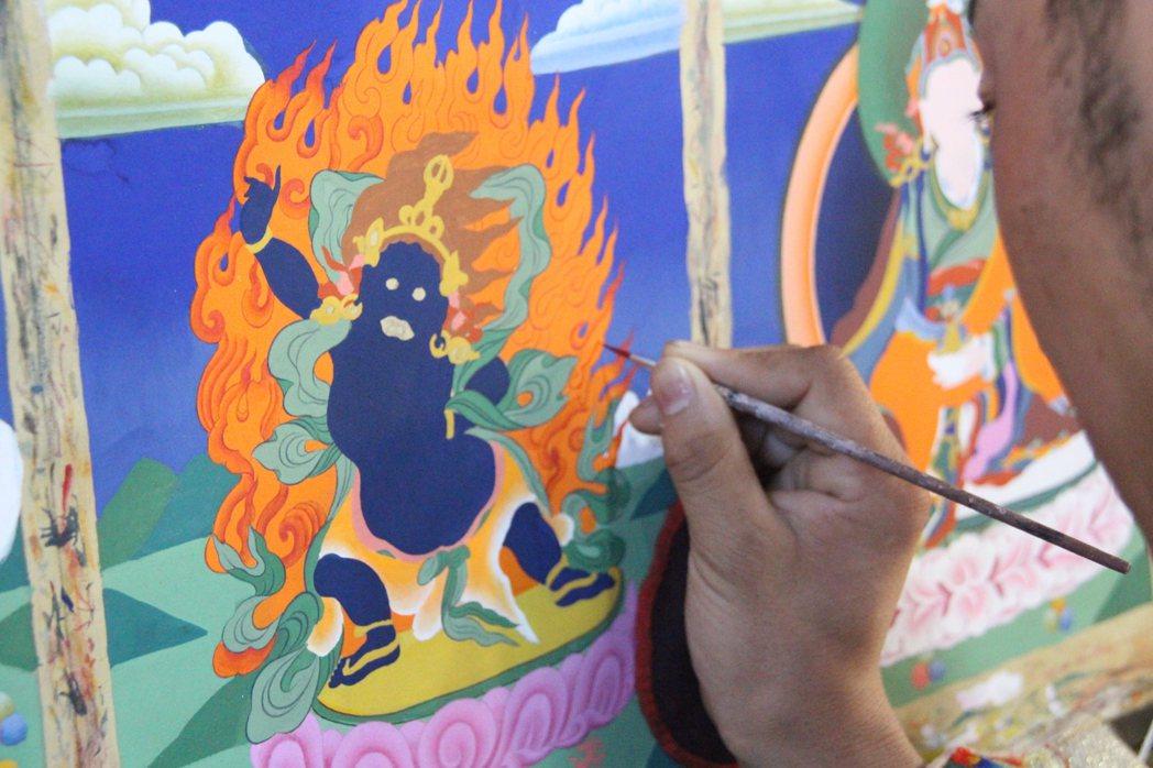 畫師在為唐卡上色。 記者林克倫/攝影