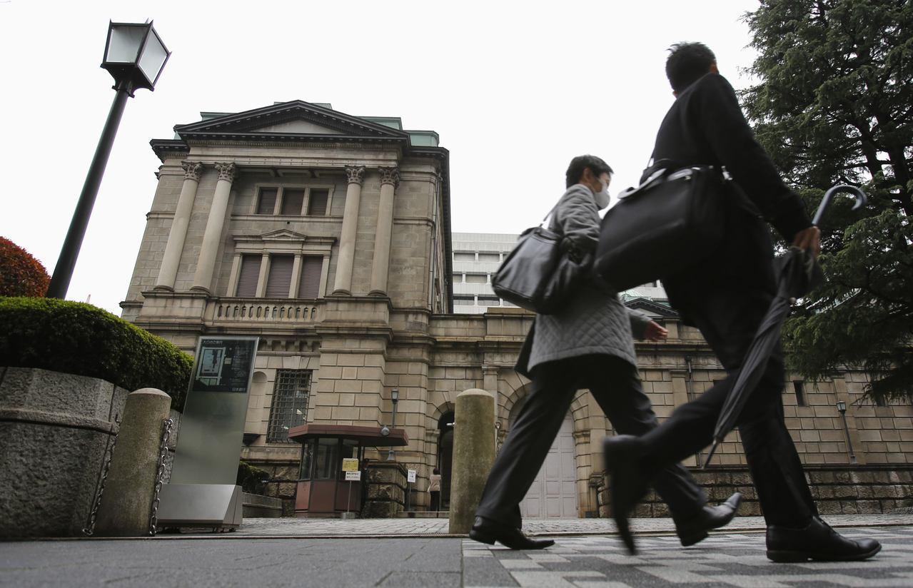 民眾走過日本央行。 (路透)