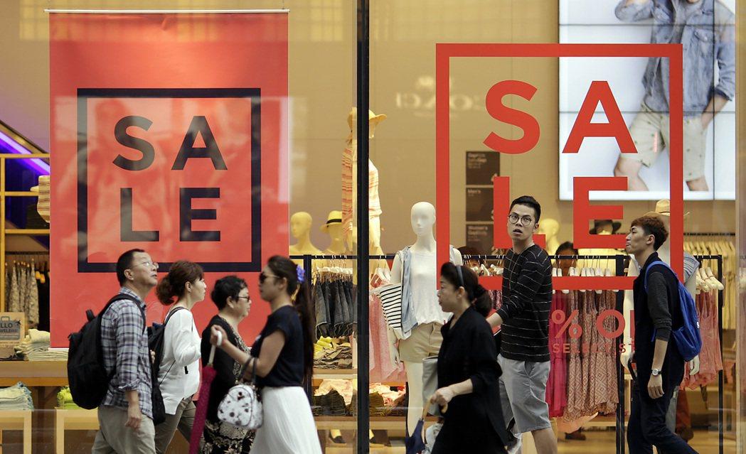 東京一間服飾店降價打折。 (美聯社)