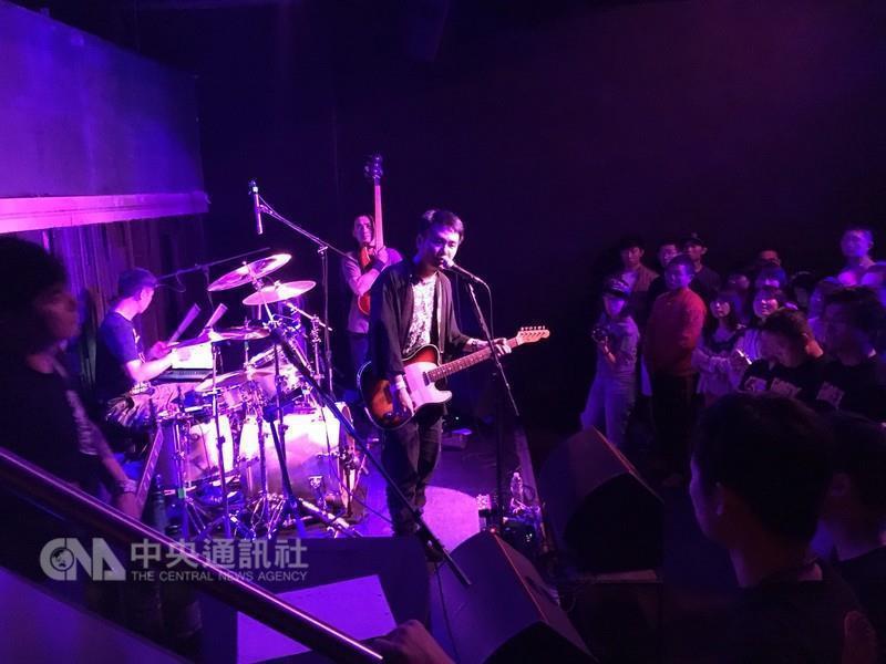 台灣滅火器樂團「世界進擊」美國巡迴演唱會,他們以歌聲風靡洛杉磯的樂迷。中央社