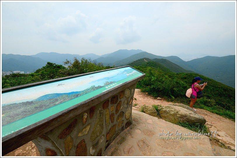↑續行一會兒,到達龍脊觀景台,也是一個展望極佳的地方,還有眺望的解說牌。