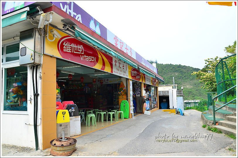 ↑大浪灣村裡有幾家士多(store),是複合型商店,賣雜貨飲料也賣簡單餐食。
