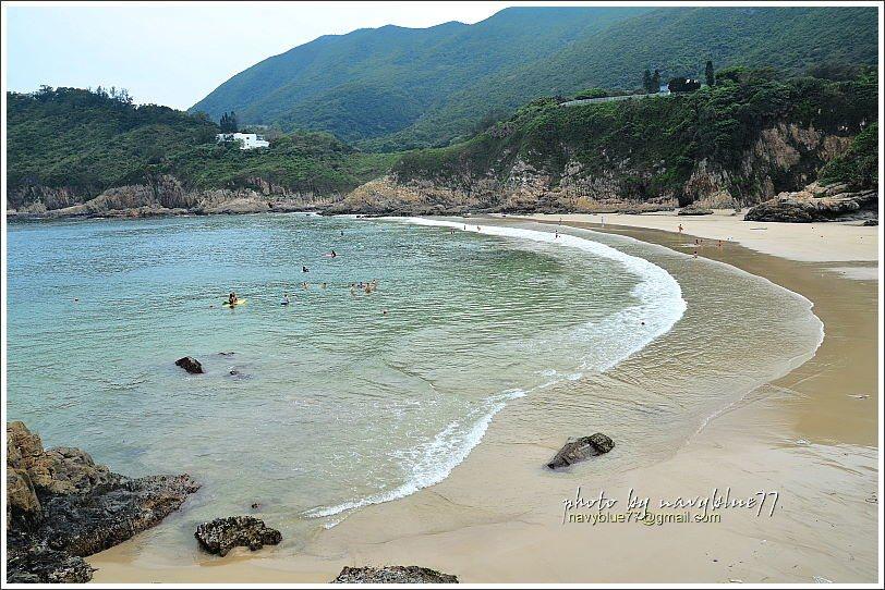 大浪灣泳灘的弧形彎得剛剛好,襯著山景超美。