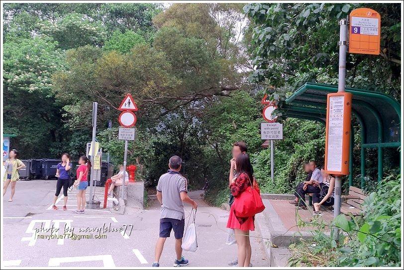 ↑結束龍脊步道行,走出大浪灣村到停車場等車。在此可以搭9號新巴或公共小巴往筲箕灣...