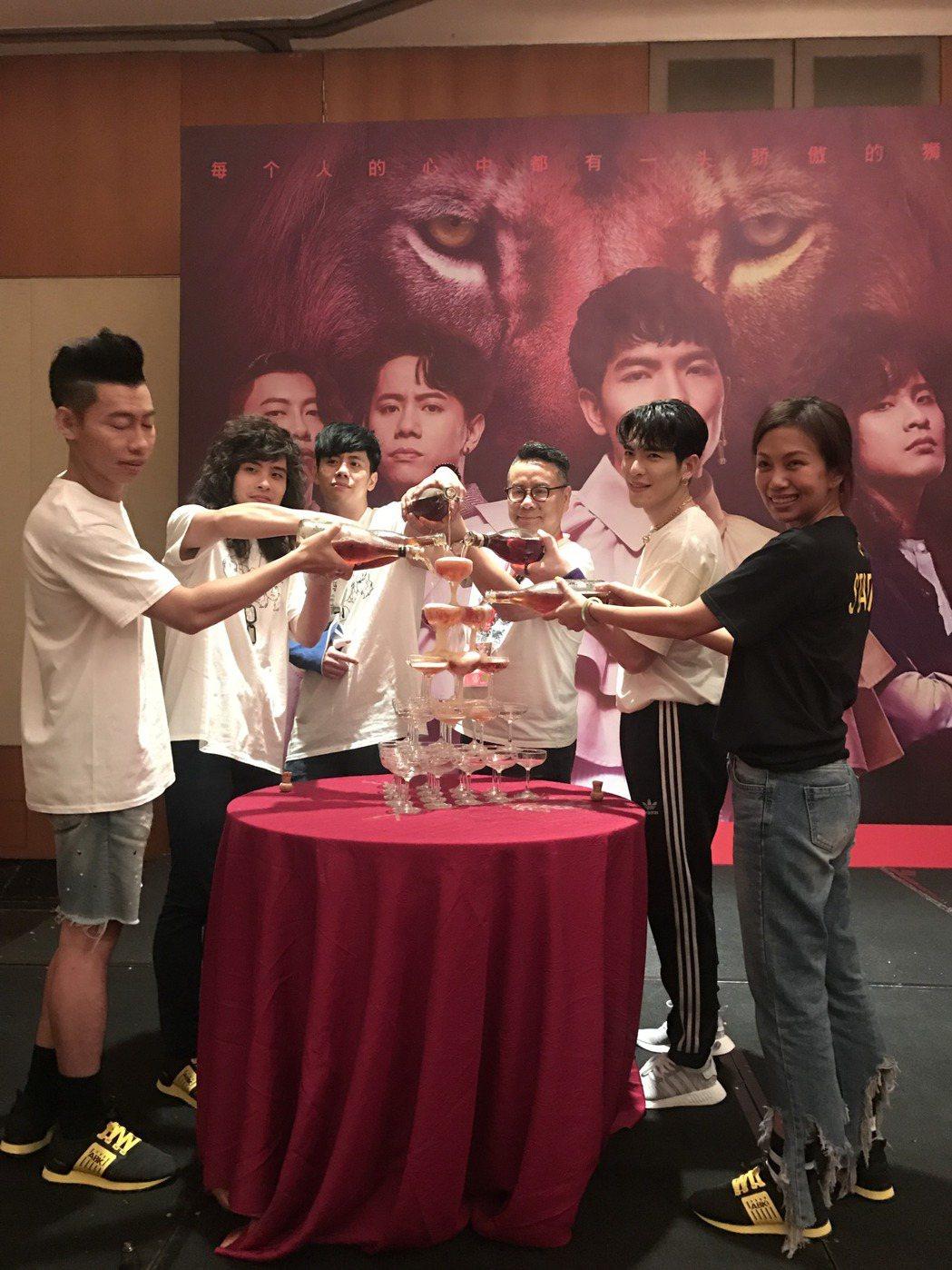 獅子合唱團22日在北京開唱,慶功宴開心舉杯。記者梅衍儂/攝影