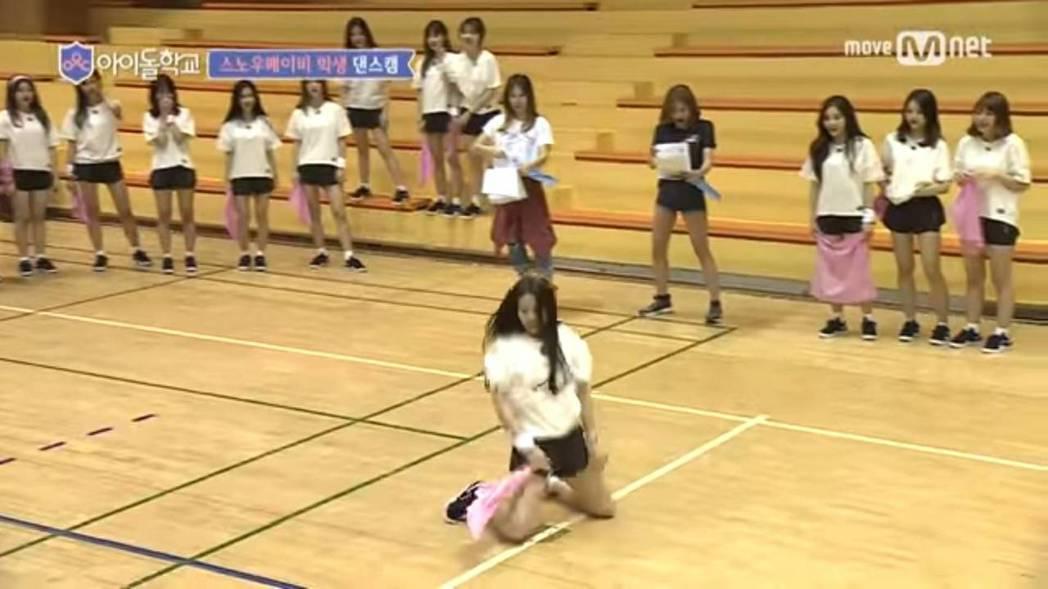 蔡瑞雪跪地熱舞。圖/摘自YouTube