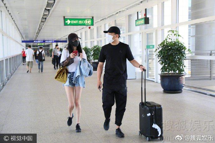 劉愷威(右)接機楊冪。圖/摘自微博