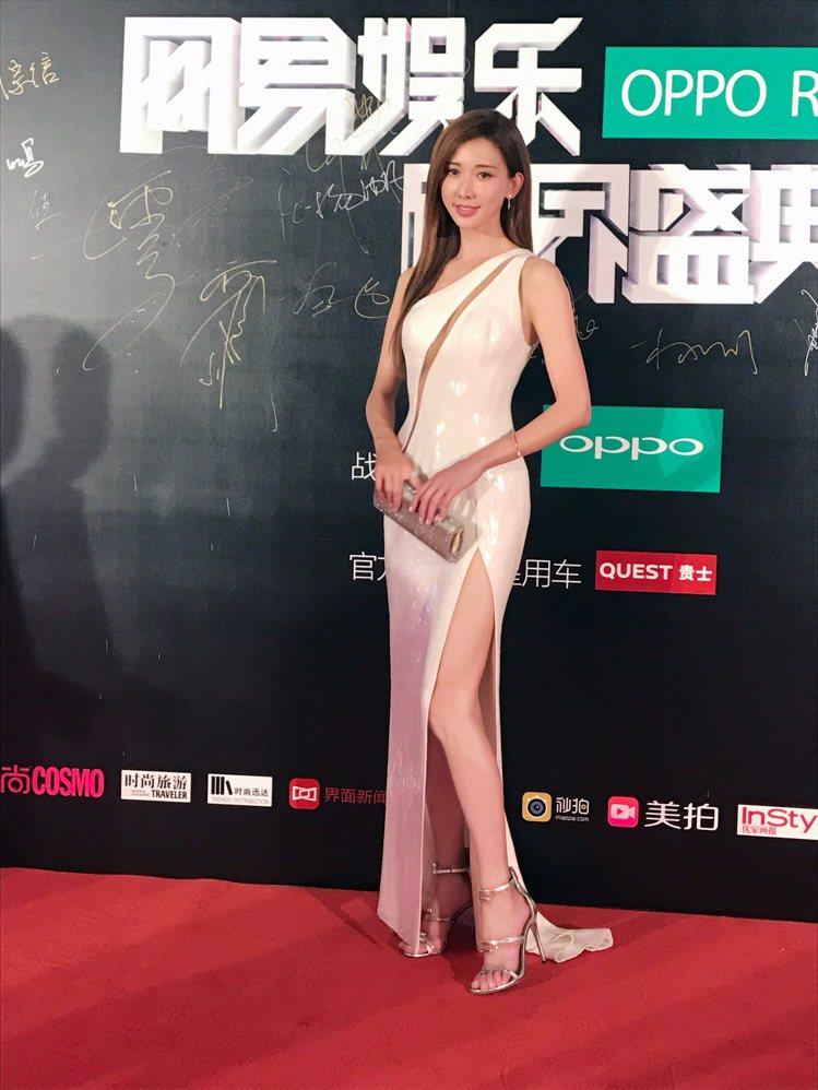 林志玲穿著Atelier Versace高級訂製禮服配Jimmy Choo手拿包...