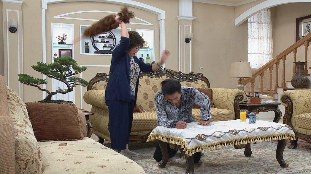 陳淑芳(左)雷洪在「幸福來了」戲中演母子,為兒子外遇火大抄雞毛撢子狠打。圖/民視...