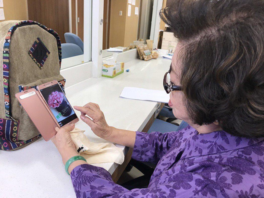 78 歲陳淑芳活到老學到老,平日還是3C達人。圖/民視提供